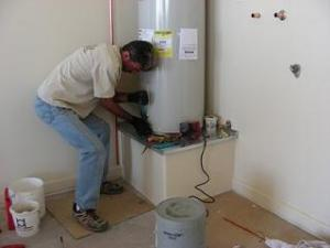 a professional Santa Clara water heater repair pro is installing a new heating unit
